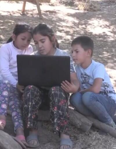 Okul müdürü eğitime katılamayan öğrencilere bilgisayar hediye etti | Video