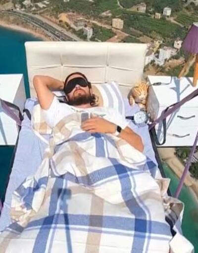 Paraşüt pilotundan havada yatak keyfi