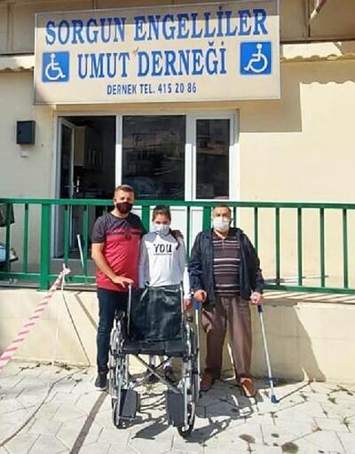 Mavi kapak toplayan öğrenciler, tekerlekli sandalyeyi derneğe bağışladı