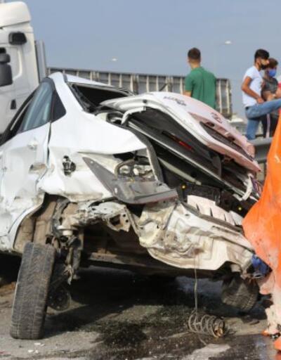 Son dakika.. Virajı alamayan TIR otomobilin üzerine düştü: 2 yaralı