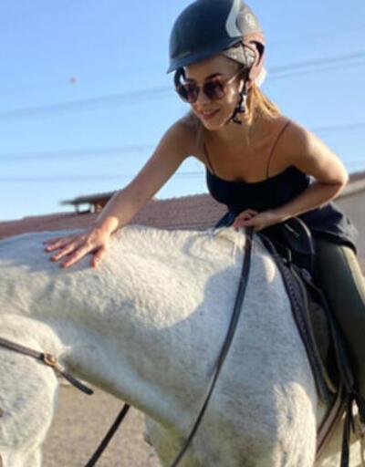 Hira Koyuncuoğlu Kapadokya'da at binmeyi öğreniyor