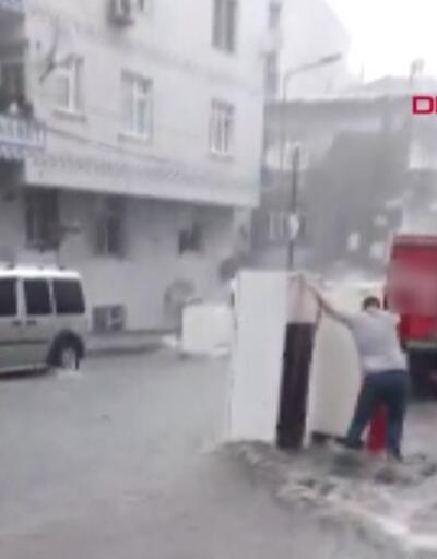 Buzdolapları sele böyle kapıldı, 5 araca zarar verdi