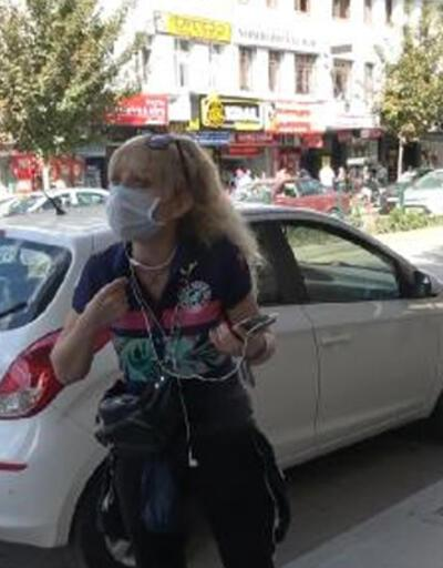 Polis uyarınca çene altındaki maskesiyle yüzünü kapattı