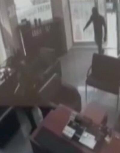 İş yerine giren hırsızlar bekçileri görünce kaçtılar