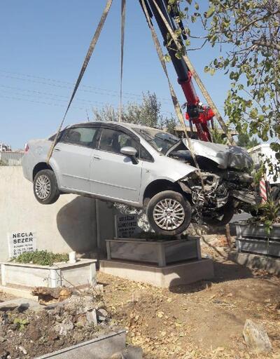 Son dakika.. Otomobil mezarlığa girdi; 6 kabir zarar gördü