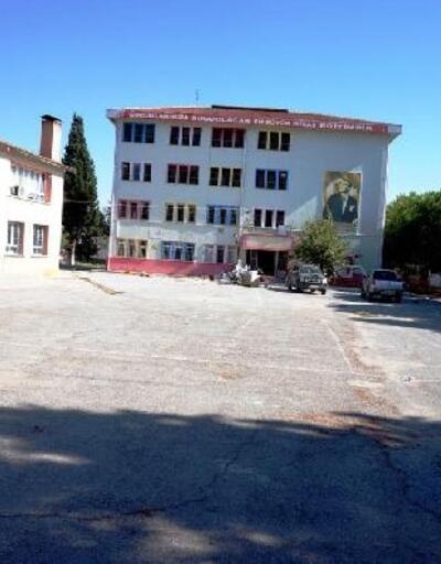 Sarıgöl'deki önünden fay hattı geçen okulda yıkım başladı
