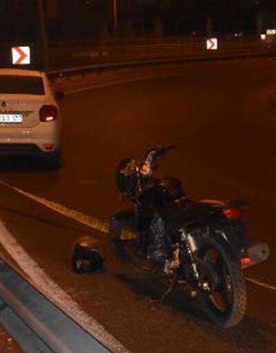 Motosiklet demir bariyere çarptı