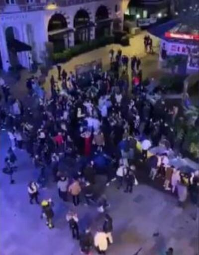 İngiltere'de Leicester Meydanı'nda koronavirüs partisi
