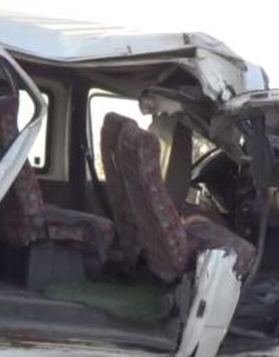 Minibüs kaza yaptı: 2 ölü, 6'sı ağır 20 yaralı