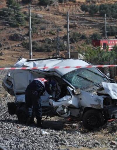 Tren araca çarptı: 1'i çocuk 2 kişi öldü, 1 çocuk yaralandı