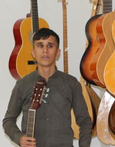 Silopi'de görme engelli Yakup'a gitar 'ışık' oldu