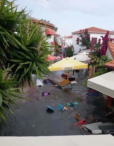 Depremin ardından cadde ve sokaklar su altında kaldı