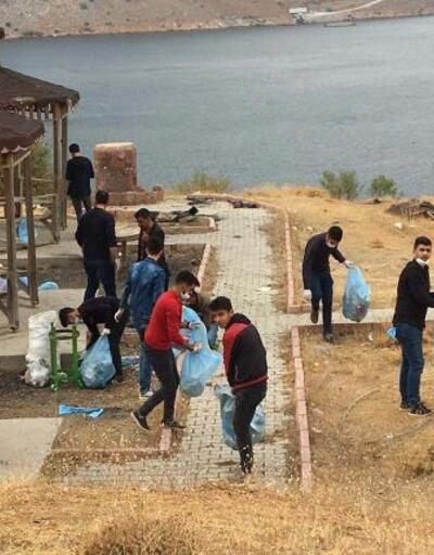 Çelikhanlı gençlerden çevre temizliği