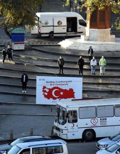 Saat 09.05'te sirenlerin çalmasıyla Türkiye'de hayat durdu