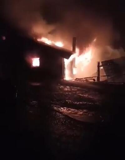 Karasu'da tek katlı ev alev alev yandı