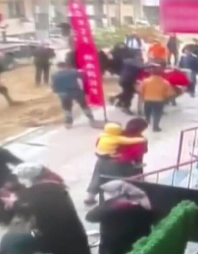 İşçiler ağacı kesti, sokak savaş alanına döndü   Video