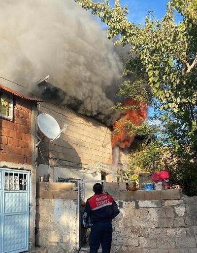 Besni'de evin çatısı yandı