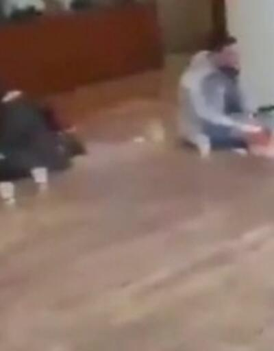 AVM'de yerde yemek yediler | Video