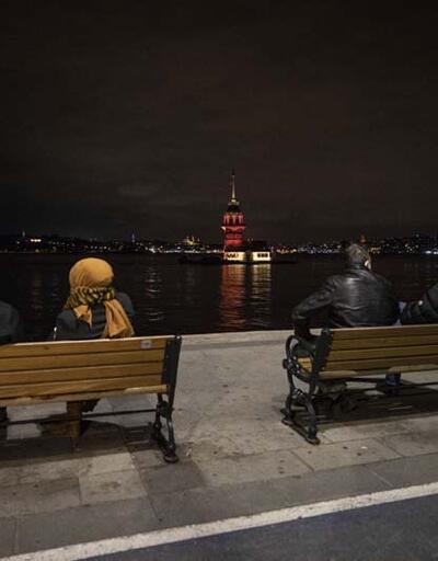 İstanbul'un kuleleri ve köprüleri turuncuya büründü
