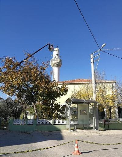 Depremde hasar gören cami minaresi kontrollü olarak yıkıldı