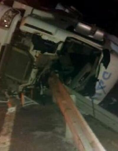 Devrilip bariyerlere çarpan TIR'ın sürücüsü yaralandı