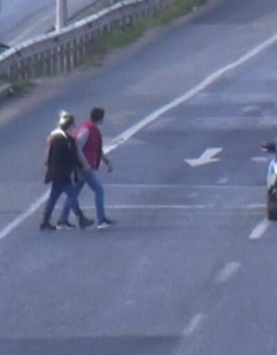 Üst geçit yerine trafiğin ortasından geçiyorlar | Video