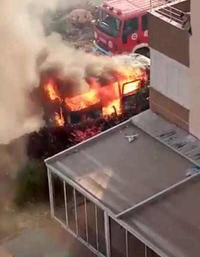 Park halindeki minibüs, alev alev yandı