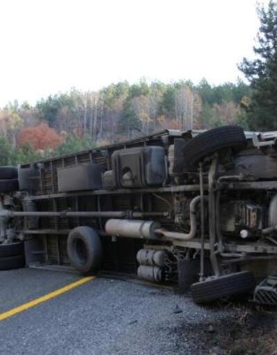 Devrilen tır aracının sürücü yaralandı