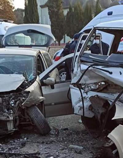 Otomobil ile işçi servisi çarpıştı: Çok sayıda yaralı var