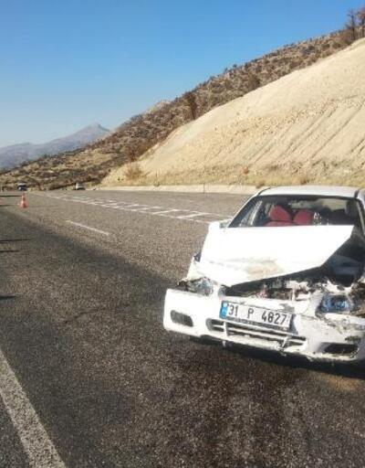 Besni'de otomobiller çarpıştı: 2 yaralı
