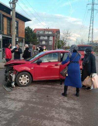 Gölcük'te 3 otomobil çarpıştı: 1 yaralı