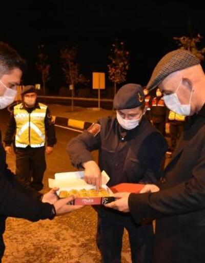 Marmaris'te kaymakamdan güvenlik güçlerine baklavalı yılbaşı kutlaması