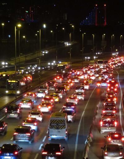 80 saatlik kısıtlama sonrası 15 Temmuz Şehitler Köprüsü'nde trafik yoğunluğu