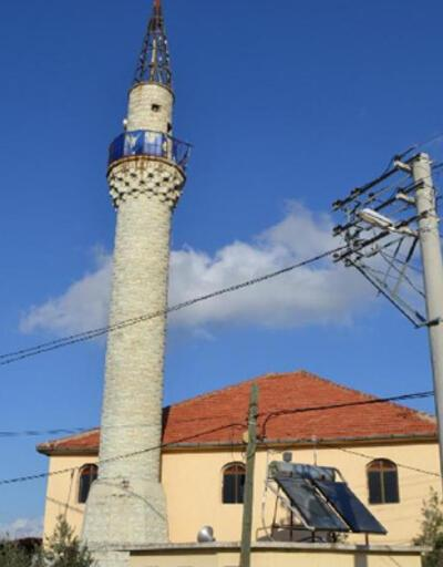 Minaresine yıldırım isabet eden cami güvenlik amaçlı ibadete kapatıldı
