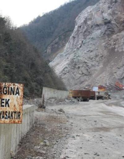 Artvin'de tehlike oluşturan dev kaya düşürüldü