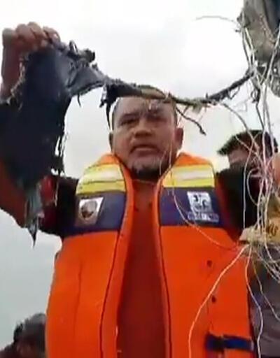 SON DAKİKA: Endonezya'da yolcu uçağı denize düştü | Video