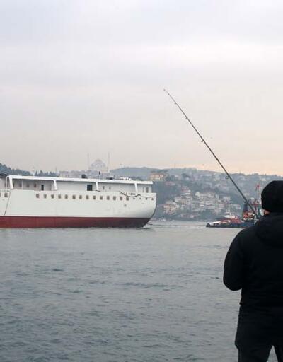 Dev yolcu gemisinin yarı gövdesi İstanbul Boğazı'ndan böyle geçti