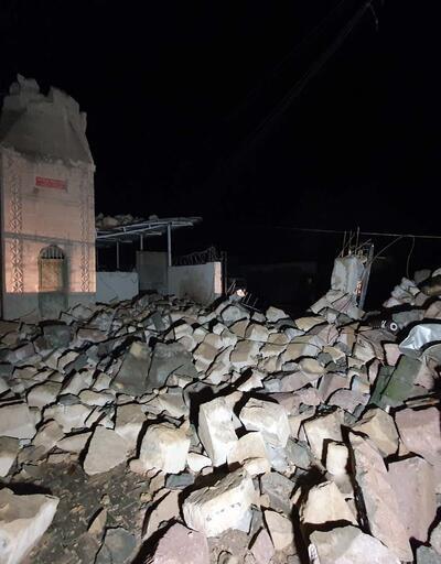 Fırtınada yıkılan caminin minaresi trafonun üzerine devrildi