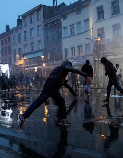 Avrupa'nın göbeğinde kaos! Polis merkezini ateşe verip Kral'ın aracını taşladılar