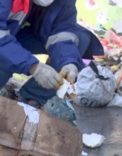 Altınları yanlışlıkla çöpe attı | Video