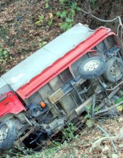 Muz yüklü kamyonet 20 metrelik uçurumdan yuvarlandı: 3 yaralı