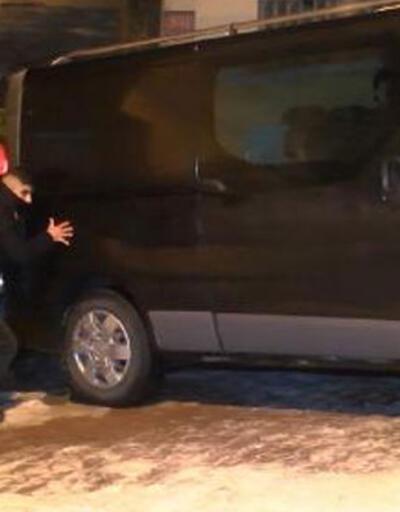 Kağıthane'de buzlu yolda kalan aracı itfaiye kurtardı