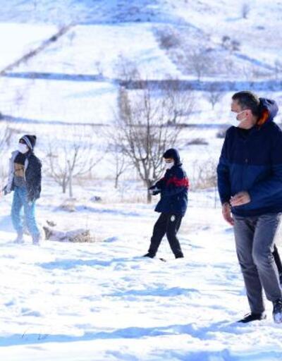 Bakan Selçuk, öğrencilerle kar topu oynadı