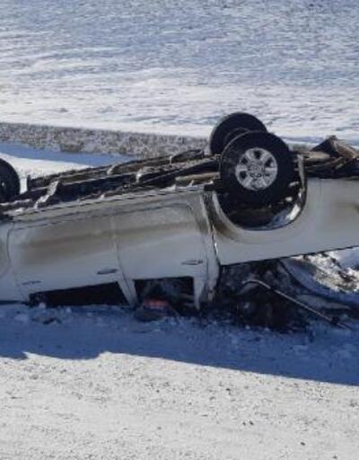 Buzlanan yolda kamyonet takla attı: 2 yaralı