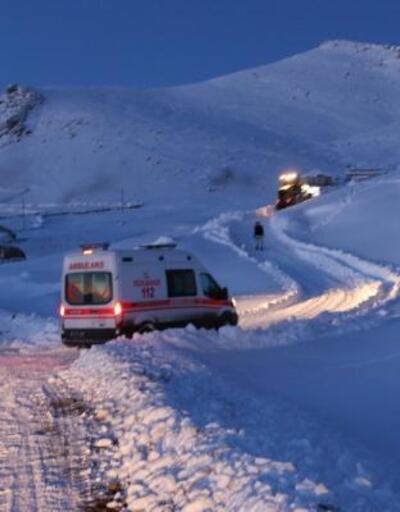 Mahalle kar altında kaldı: Hastaya 4 saat sonra ulaşıldı