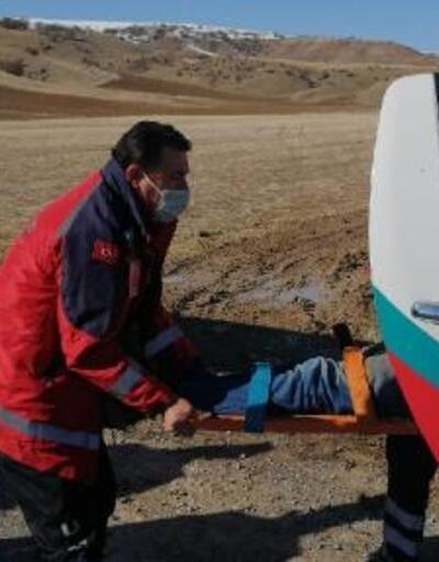 Devrilen iş makinesinin operatörü yaralandı