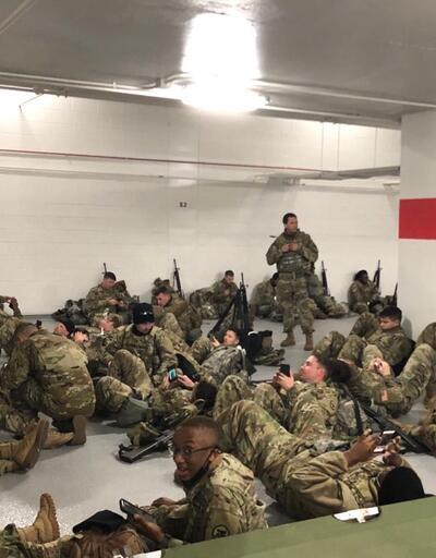 Jill Biden, otoparkta uyumak zorunda kalan askerlere hediye kurabiye getirdi