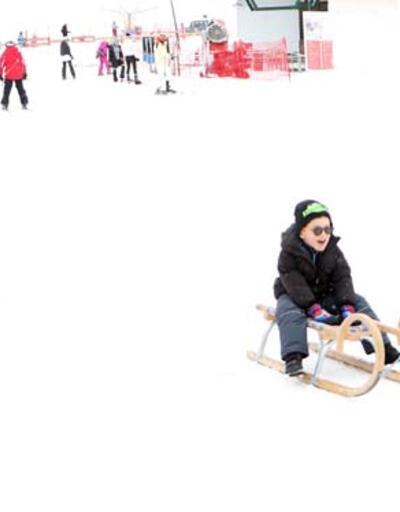 Yarıyıl tatilindeki öğrenciler, kayak pistlerinde stres atıyor