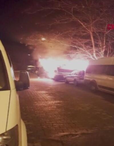 Bahçelievler'de park halindeki minibüs yandı