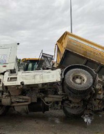 Beylikdüzü'nde yol çöktü kamyon devrildi